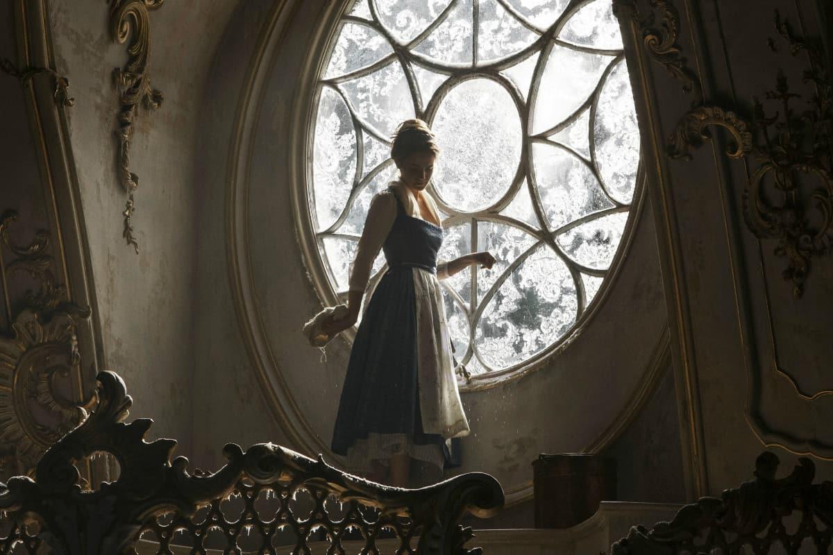 الفتاه في القصر